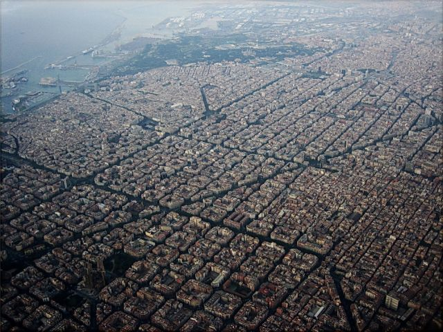 An aerial view of the Eixample neighborhood.(Alhzeiia/Wikimedia Commons, CC BY-SA 2.0)