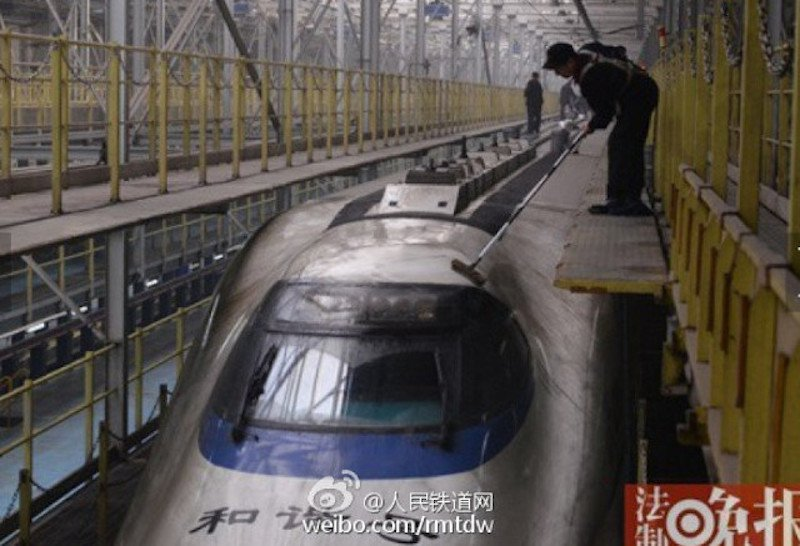 However, more photos below shows China's train-cleaning crews hard at work keeping the high-speed trains looking nice and pristine for the next group of passengers.